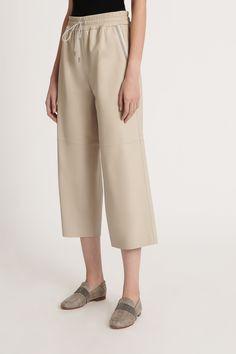Fabiana Filippi Damen Culotte aus Leder Beige | SAILERstyle Pullover, Khaki Pants, Shirts, Fashion, Ponchos, Italian Designers, Knit Jacket, Leather, Moda