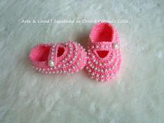 Sapatinho de Crochê Perolado Rosa  Encomendas personalizadas whatsapp 62 98146.4188 email artelinharj@gmail.com Instagram: @croche_artelinha www.elo7.com.br/crocheartelinha