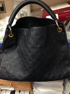 I like this Luis Vuitton Bag! ❤️ Why? Nicht immer Brown und die Initialen!