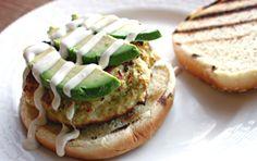 Van deze kipburger met avocado loopt ons het water in de mond Een lekkere, sappige hamburger op zijn tijd is altijd lekker. De traditionele hamburger kennen we allemaal: een broodje met rundvlees, sla, tomaat, kaas en saus. Maar natuurlijk zijn er nog ontzettend veel andere hamburger-varianten op d