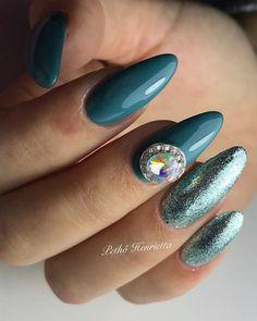 PearLac Classic géllakk kiegészítve Glamorous színes zselével és körömékszerrel Pethő Henriettától. Nails made with PearLac Classic gel polish, Glamorous color gel and nailjewellery made by Henrietta Pethő. #pearlnails #nails #nailart #nailpolish #nailswag #nailstagram #greennails #nailjewellery Cute Nails, Nailart, Nail Designs, Gemstone Rings, Gemstones, Colors, Beauty, Pretty Nails, Gems
