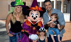 Jaime Camil, Heidi Balvanera y sus hijos la pasan spooky en Disneylandia