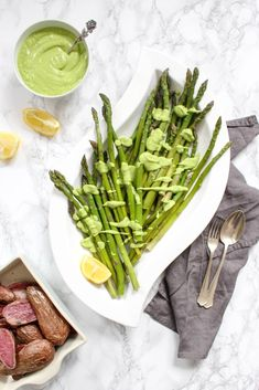 This asparagus dish with a creamy avocado hollandaise is simply amazing. It tastes incredible and the sauce is a wonderful addition to asparagus. Kefir Recipes, Veggie Recipes, New Recipes, Healthy Recipes, Fodmap Recipes, Delicious Recipes, Asparagus Dishes, Asparagus Recipe, Best Food Ever