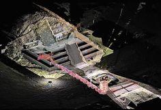 Miercoles 29 de Octubre, 2014 El INAH anunció el hallazgo de un túnel creado por los teotihuacanos frente al Templo de la Serpiente Emplumada. Este descubrimiento trajo a la luz más de 50 mil objetos, entre ellos semillas y piezas de madera en perfecta conservación