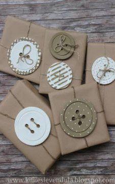 Kifli és levendula: Gombdíszek More gift packaging Creative Gift Wrapping, Creative Gifts, Wrapping Gifts, Cute Gift Wrapping Ideas, Brown Paper Wrapping, Japanese Gift Wrapping, Wrapping Papers, Funky Gifts, Diy Gifts