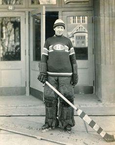 Montreal Canadiens Georges Vezina (1925) Il évolue pour les Canadiens de Montréal dans l'Association nationale de hockey puis dans la Ligue nationale de hockey entre 1910 et 1925. Il joue pendant seize saisons, remportant la Coupe Stanley à deux reprises.  À la suite de son décès, la LNH met en place un nouveau trophée homonyme pour le gardien de but avec la plus petite moyenne de buts encaissés. Dès son année d'ouverture, en 1945, le temple de la renommée du hockey accueille Vézina en son…
