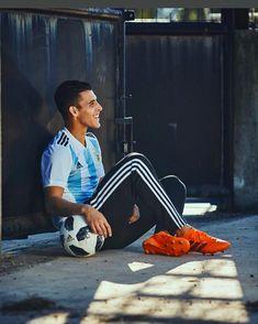 La pelota enamorada blanca piel inmaculada se entregaba sin pudor... #VamosArgentina VAMOS @kichanpavon! #OrgulloXeneize . . . . . #SeleccionArgentina #AFA #Pavon #CABJ #Xeneize #BocaJuniors #WorldCup #Russia2018 #Mundial #Argentina Neymar, Messi, Soccer Players, World Cup, Rap, Football, Reyes, Breeze, Disney