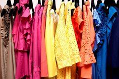 Seja armário, guarda roupas ou closet, a dúvida na hora de organizar é sempre a mesma né meninas??? Qual a maneira correta, por onde começar, quando devo deixar de lado alguma peça de roupa??? Hoje…