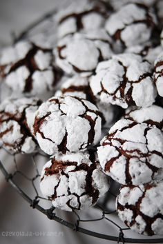 Czekoladowe popękane ciasteczka (chocolate crinkles) Cookie Desserts, Cookie Recipes, Snack Recipes, Dessert Recipes, Chocolate Pancakes, Chocolate Desserts, Fun Easy Recipes, Sweet Recipes, Chocolate Belga