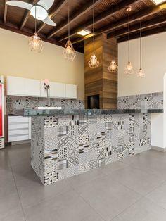 Algarve Mix – Embramaco Porcelanato Kitchen Interior, Kitchen Decor, Kitchen Design, India House, Backyard Pavilion, Cuisines Design, Algarve, Home Decor Inspiration, Kitchen Remodel
