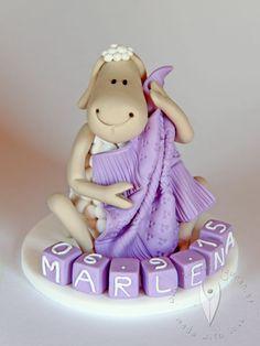 Schaf-Baby Tortenfigur für die Taufe, Tauftorte oder als Geschenk zur Geburt Outdoor Decor, Baby, Home Decor, Homemade Home Decor, Newborn Babies, Infant, Baby Baby, Doll, Babies