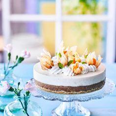 Gluteeniton raparperijuustokakku on ihanan raikas eikä lainkaan äkkimakea. Leivo kakku jo edellispäivänä, niin se ehtii maustua kylmässä. Kurkkaa resepti! Cheesecakes, Vanilla Cake, Food And Drink, Strawberry, Vegan, Baking, Sweet, Desserts, Drinks