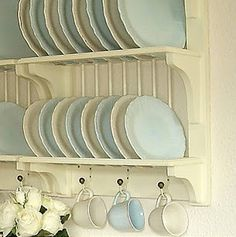My ideal home is your daily source of interior design, architecture, home ideas and interior inspirations. Plate Storage, Plate Racks, Dish Racks, Hanging Plates, My Ideal Home, Cottage Style, Cottage Chic, Vintage Kitchen, Kitchen Decor