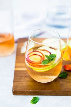 This recipe to make summer sangria, a drink made with rosé wine, slices of seasonal fruit, and mint leaves, is easy fast and delicious. Frozen Grapes, Frozen Fruit, Frozen Strawberries, Summer Sangria, Summer Drinks, Aguachile Verde, Pasta Cremosa, Ripe Fruit, Homemade Bbq