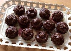 Kakaové košíčky v štýle zákusku Izidor so šťavnatou orechovou plnkou a lahodným krémom. Christmas Baking, Christmas Cookies, Chocolate Truffles, Sweet Cakes, Tiramisu, Cupcakes, Top, Basket, Xmas Cookies