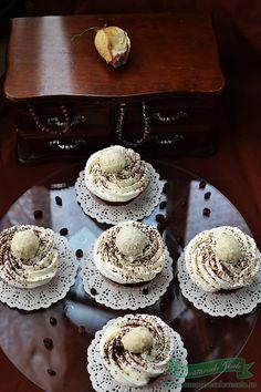 In urma cu ceva timp am experimentat primele mele Cupcakes-uri si am fost foarte multumita de ele atat eu cat si familia mea. Le-am facut undeva in preajma Floriilor si am folosit o crema de mascarpone care este dementiala dupa parerea noastra, mult mai buna decat frostingul clasic ce se foloseste la aceste cupcakes-uri. Cum Sweets Recipes, Cooking Recipes, Desserts, Cake Videos, Sweet Tooth, Goodies, Easy Meals, Cupcakes, Baking