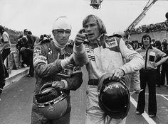 Niki Lauda insieme con James Hunt dopo un incidente al Gran Premio del Belgio '78 (Keystone/Getty Images) - Il Post