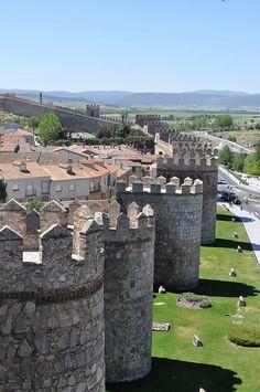 El símbolo de la ciudad de Ávila es lamuralla, uno de los recintos amurallados medievales mejor conservados de Europa. Sus dos kilómetros y medio de perímetro se encuentran jalonados por casi 2.500 almenas, un centenar de torres, seis puertas y tres portillos (España)