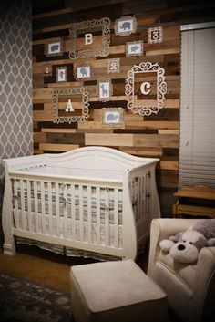 This nursery mixes old and new, wooden details and vintage items with modern details and prints. #accentwall