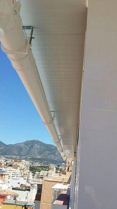 Canalon de la Pergola de aluminio con techo de chapa con cerramiento de c.m de aluminio