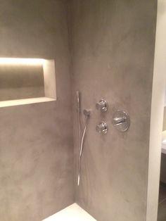 Micro-cement aangebracht in badkamer; een naadloze, waterdichte, gestucte afwerking