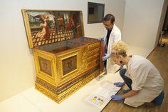 Muntatge de l'exposició. Caixa amb calaixos L'Anunciació. s XVI, Catalunya.