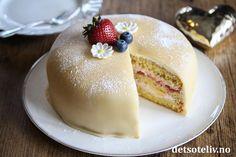 Skumkake til mai! Food Cakes, Cake Batter, Marzipan, Powdered Sugar, Cake Cookies, Chocolate Cake, Panna Cotta, Muffins, Pudding