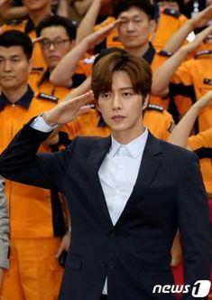 park hae jin 박해진 given a plaque of appreciation at the Korea Fire Fighting Department 08092018 Park Hye Jin, Park Hyung Sik, Choi Min Ho, Lee Min Ho, Asian Actors, Korean Actors, Blood Korean Drama, Ahn Jae Hyun, Aaron Yan