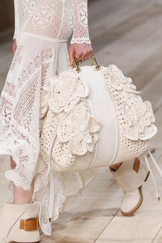Borse moda Primavera Estate modelli must have - Pagina 2 Runway Shoes, Gucci Dress, Crochet Purses, Knitted Bags, Crochet Fashion, Fashion 2020, Runway Fashion, Fashion Bags, Ideias Fashion