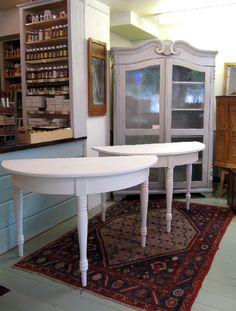 Kaksi 1800 - luvun puolipyöreää kolmijalkaista pöytää, joista yhdistettynä saadaan pyöreä pöytä.