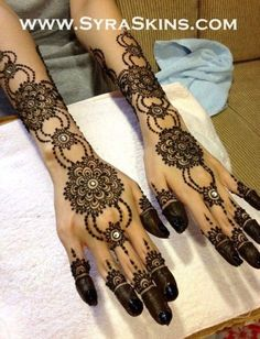 She looks like she has little condoms on the tips of her fingers, but the henna is cool Mehndi Tattoo, Mehndi Art, Henna Tattoo Designs, Henna Mehndi, Henna Art, Mehndi Designs, Lotus Henna, Henna Mandala, Arabic Henna