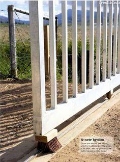 Uma solução prática para o jardim ou portas de correr: monte uma escova sob o portão apoiando sobre o trilho e mantendo tudo livre de poeira e cascalho.