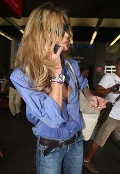 Elle MacPherson Photos Photos - Elle Macpherson chats on her cell phone upon her arrival to Miami airport. - Elle MacPherson at Miami Airport Elle Fashion, Fashion Outfits, Womens Fashion, Elle Macpherson, Rocker Style, Street Style Women, Street Styles, Looks Chic, Cool Style