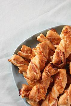 Blätterteig Snack Party Gebäck leicht schnell Käse Schinken Creme Fraiche saure Sahne Frischkäse simpel