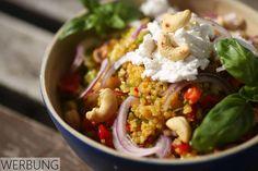 Quinoa hat den perfekten Knack-Biss für einen rohköstlichen Salat mit viel Gemüse und herbem Pistazien-Dressing.