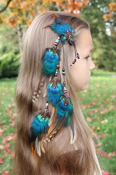 Feather Hair Clips, Feather Jewelry, Feather Headband, Cute Jewelry, Hair Jewelry, Girls Spring Dresses, Bright Hair Colors, Hair Decorations, Feathered Hairstyles