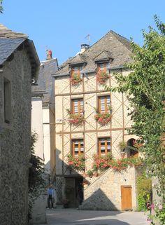 Sainte-Eulalie-d'Olt, Midi-Pyrénées Beaux Villages, Saint, Architecture, House Styles, Home Decor, Home, Arquitetura, Decoration Home, Room Decor