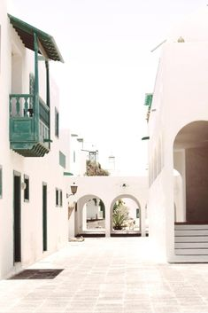 Costa Teguise es el mejor lugar para disfrutar de unas vacaciones en la isla. Un pueblo a orillas del océano, con todo tipo de servicios y en el que se encuentran losmejores hoteles de Lanzarote. ¡Descubre cuáles son clicando en el pin! Lanzarote Costa Teguise, Arch, Mansions, House Styles, Travel, Home, Wonders Of The World, Hotels, Vacations
