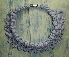Gargantilla en color azul claro con cierre metálico en color plata