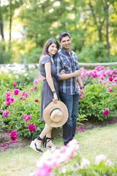 what to wear to your engagement shoot - complimentary colors, accessories Engagement Couple, Engagement Pictures, Engagement Shoots, Couple Photography, Engagement Photography, Prenup Outfit, Prenuptial Photoshoot, Complimentary Colors, Wedding Designs
