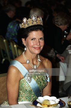 Queen Silvia wore this tiara for the 1996 Nobel Prize Ceremony and Dinner. Queen Fashion, Royal Fashion, Adele, Queen Of Sweden, Prix Nobel, Swedish Royalty, Royal Tiaras, Royal Crowns, Queen Silvia