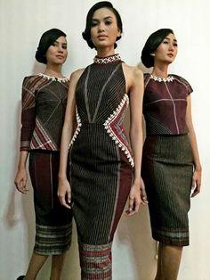 Ulos is the traditional cloth of Batak people of North Sumatra. Blouse Batik, Batik Dress, African Print Fashion, Ethnic Fashion, Traditional Fashion, Traditional Dresses, Pretty Outfits, Pretty Dresses, Model Kebaya