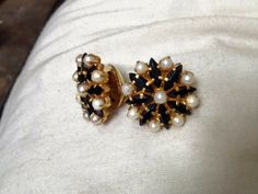 Black And Gold Jewelry Kids Gold Jewellery, Indian Jewelry Sets, Gold Jewelry Simple, Gold Jewellery Design, Jewelry Design Earrings, Gold Earrings Designs, Beaded Jewelry, Black Stud Earrings, Jewelry Patterns