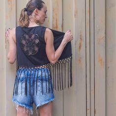 O colete é peça chave para levantar o look básico. Experimente!  Colete com franjas e detalhe em crochê nas costas.  Disponivel no P, M e G. Cores : preto e