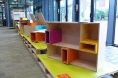 Une collection de 5 meubles pour enfants – Coffre à jouets, banc, table de nuit, bureau et bibliothèque – signée du duo d'architectes et des...