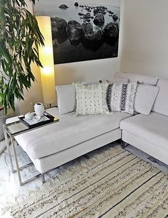 Handira vintage, la tradizionale coperta nuziale berbera, che può essere usata oltre che come coperta, anche come tappeto, per vestire un divano o appesa al muro per decorare una parete, apportando un tocco di raffinatezza e glamour in ogni ambiente. Realizzata a mano dalle popolazioni berbere dell'Alto Atlante in Marocco, è in lana e cotone e decorata con paillettes in metallo che scintillano e con il movimento producono un dolce suono #bohemian #rug #HomeDecor #vintage #globalstyle