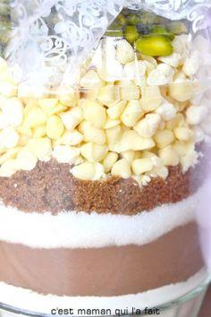 Voici une autre version de recette dans un bocal. Après le kit cookies voici un kit Brownie aux pépites de chocolat blanc et pistache. Parfait pour le marché de Noel de l'école ou pour offrir. Généreux, attentionné et de coût modique c