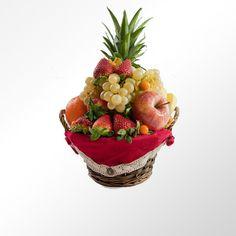 59,95 euros. #Cesta de fruta Edén. En materia de amor, demasiado es todavía poco. Cesta compuesta por piña, naranja, manzana, kiwi, uva, fresa y physalis todo ello sobre una original cestita de mimbre forrada.