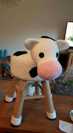 Great in a kids room. Crochet Cow, Cute Crochet, Crochet Animals, Crochet For Kids, Crochet Dolls, Crochet Home Decor, Crochet Crafts, Knitting Projects, Crochet Projects