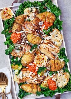 Hasselback potatoes with roasted vegetables, chicken and grilled paprika cream - Grillen Styla Veggie Recipes, Vegetarian Recipes, Cooking Recipes, Healthy Recipes, Food N, Food And Drink, Dinner Is Served, Grilled Vegetables, Food Inspiration